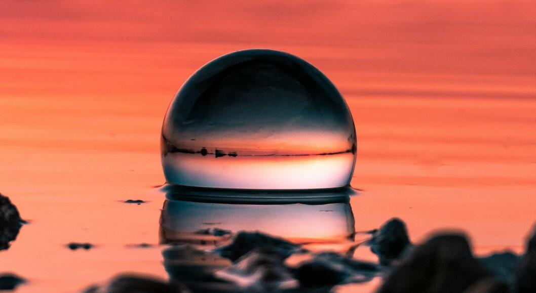 Glasskule i solnedgang