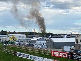Mye røyk var synlig mens brannen pågikk.
