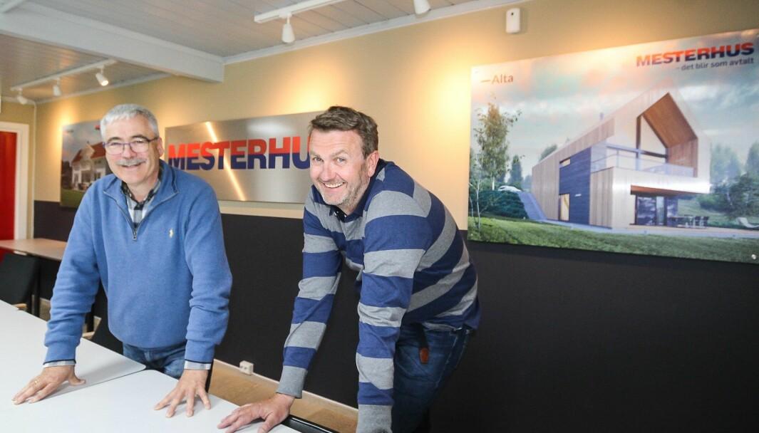 """<span class="""" font-weight-bold"""" data-lab-font_weight_desktop=""""font-weight-bold"""">I STØTET</span>: Ulf Larsen og Jørn Erik Ruud (t.h.) i Mesterbygg Moss opplever en uvanlig sterk pågang etter nye boliger. – Tidene har aldri vært bedre. Vi skulle bare ønske vi kunne få bygge mye mer, sier de to."""
