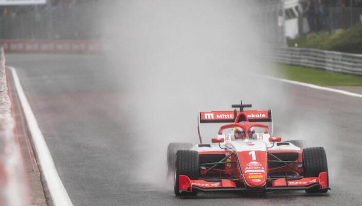 Dennis Hauger på vei ned mot Eau Rouge under svært våte og vanskelige forhold på Spa-Francorchamps.